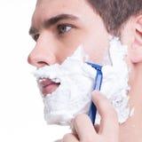 man som rakar skägget med rakkniven Royaltyfri Fotografi