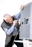 Man som reparerar att betinga för luft Arkivbilder