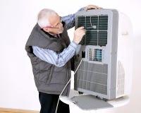 Man som reparerar att betinga för luft Royaltyfria Foton