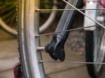 Man som reparerar cykeln med det plana gummihjulet Royaltyfria Bilder