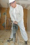 Man som reparerar golvet i hus Royaltyfri Foto