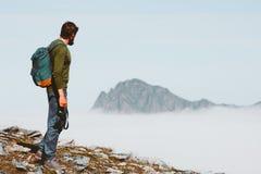 Man som reser solo i livsstil för frihet för bergaffärsföretagsemestrar royaltyfria foton