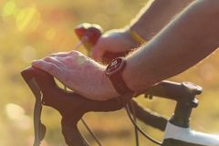 Man som rider en cykel med bildskärmen för smartwatchhjärtahastighet arkivfoto