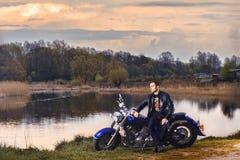 Man som rider en motorcykel Royaltyfria Bilder