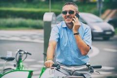 Man som rider en stadscykel i formell stil fotografering för bildbyråer