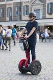 Man som rider rött segway Fotografering för Bildbyråer
