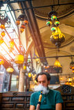 Man som röker den turkiska vattenpipan Arkivfoton