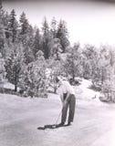 Man som röker röret, medan spela golf Arkivfoton