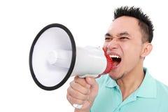 Man som ropar genom att använda megafonen Arkivbilder