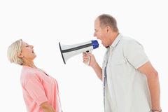 Man som ropar på hans partner till och med megafonen Arkivbilder