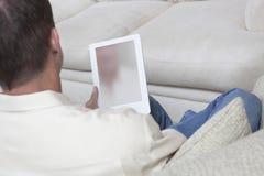 Man som rymmer den Digital minnestavlan Royaltyfri Foto
