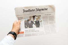 Man som rymmer den Frankfurter Allgemeine Zeitung tidningen med Emmanuel Macro Royaltyfri Fotografi