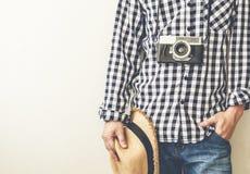 Man som rymmer den retro fotokameran royaltyfri foto