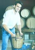 Man som rymmer den stora vide- flaskan med vin Royaltyfri Foto