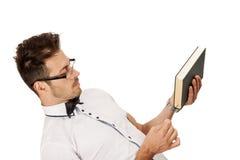 Man som rymmer en bok Royaltyfria Bilder