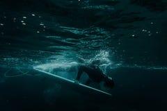 Man som rymmer en dyk för bränningbräde under vågen royaltyfri fotografi