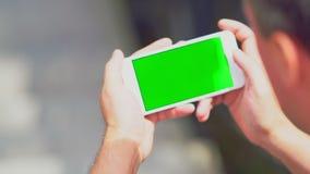 Man som rymmer en smartphone som läser ett meddelande lager videofilmer