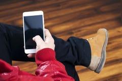 Man som rymmer en telefon i hand Arkivfoto