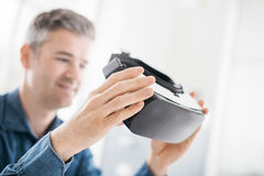 Man som rymmer en VR-tittare Royaltyfri Bild