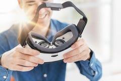 Man som rymmer en VR-tittare Arkivfoto