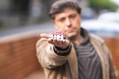 Man som rymmer ett modellhus fotografering för bildbyråer