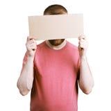 Man som rymmer ett papptecken Royaltyfri Fotografi