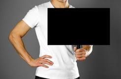 Man som rymmer ett papptecken med ett handtag close upp Isolerad bakgrund arkivbilder