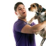 Man som rymmer hans älsklings- hund royaltyfri foto