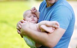 Man som rymmer hans lilla son Fotografering för Bildbyråer