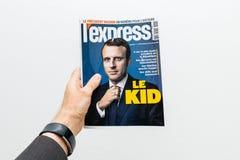 Man som rymmer L uttrycklig Le-ungetidning med Emmanuel Macron på f Royaltyfri Foto