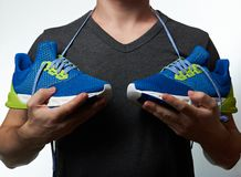 Man som rymmer moderna rinnande skor Fotografering för Bildbyråer