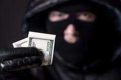 Man som rymmer pengarna arkivbild