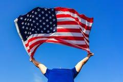 Man som rymmer USA flaggan Fira självständighetsdagen av Amerika Juli 4th Arkivfoto