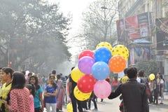 Man som säljer ballonger till stadsbarn på Park gatan, Kolkata Arkivfoton