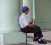 Man som säljer godisen i Havana Cuba Royaltyfri Foto