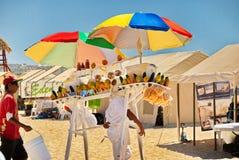 Man som säljer mango på stranden royaltyfria bilder