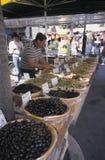 Man som säljer oliv på den lokala marknaden, Provence, sydlig franc royaltyfria foton