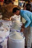 Man som säljer ris Arkivfoto