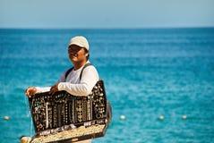 Man som säljer smycken i Cabo San Lucas, Mexico fotografering för bildbyråer