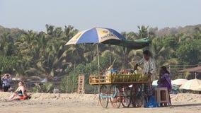 Man som säljer sweeethavre på den Arambol stranden arkivfilmer
