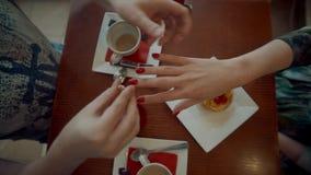Man som sätter cirkeln på flickas finger i kafé stock video