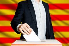 Man som sätter en sluten omröstning in i en röstningask Demokratifrihetsbegrepp Arkivbild