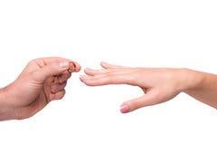 Man som sätter en vigselring på hennes finger Royaltyfri Bild