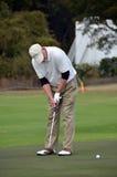 Man som sätter på golfgräsplaner Royaltyfri Foto
