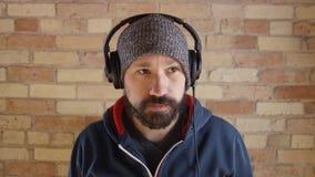 Man som sätter på hörlurar till driftstopp stock video