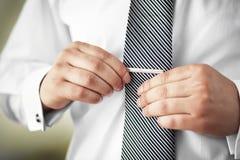 Man som sätter på slipshållaren Fokuserat på gemet Fotografering för Bildbyråer