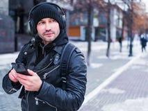 Man som söker efter ett ställe genom att använda GPS översikten i smartphone Honom som är borttappad i okänd stad han är iklädd e Fotografering för Bildbyråer