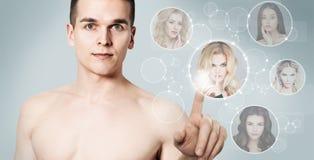 Man som söker efter flickvännen Guy Surfing Dating Website royaltyfria foton