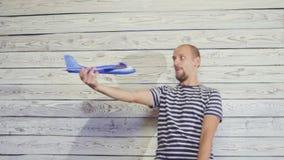 man som 30-s spelar med leksakflygplanet rolig plats stock video