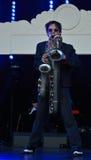Man som samtidigt spelar två saxofoner Arkivbilder